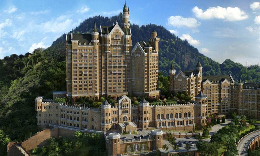 """Grandiosa que só ela, a China agora tem um castelo no mais perfeito estilo alemão - com todo o tamanho, luxo e pompa que isso significa. Na cidade de Dalian, no nordeste do país, o """"Hotel Castelo"""", como ele é chamado, virou uma atração turística do local Divulgação / The Hotel Castle"""