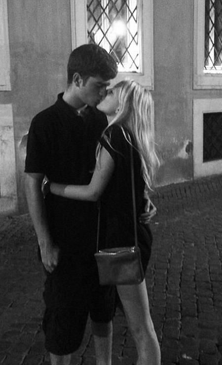 Nas ruas de Roma, ela postou uma foto beijando um misterioso rapaz Foto: Instagram