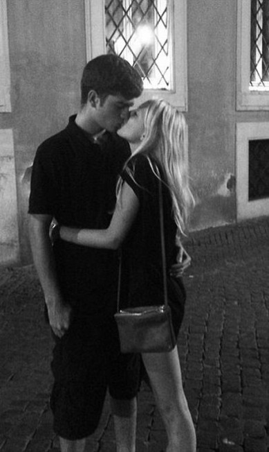 Nas ruas de Roma, ela postou uma foto beijando um misterioso rapaz Instagram
