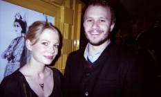O ator Heath Ledger, morto em 2008, com a namorada, a também atriz Michelle Williams Foto: Michael White/Divulgação