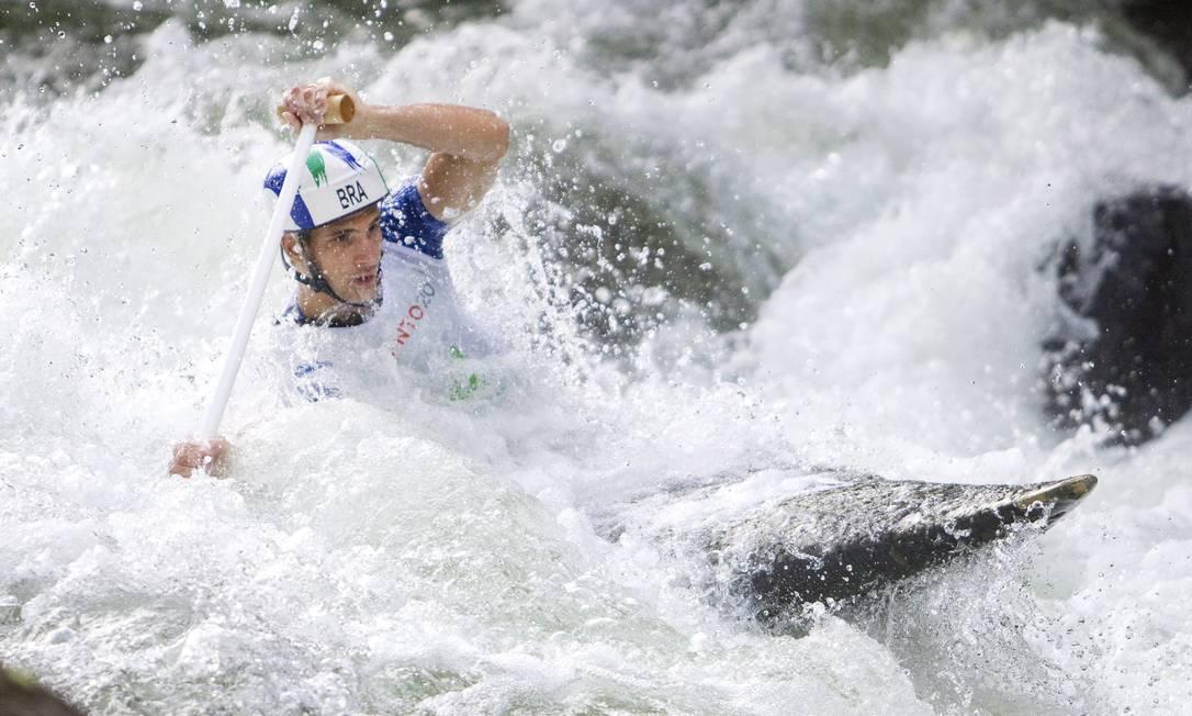 O brasileiro felipe Silva durante a prova de canoagem C1 disputada em Minden, Ontário Foto: Fred Thornhill / AP
