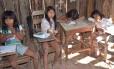 Alunas na Escola Municipal Indígena Nambikwara, em Comodoro (MT): abandono e descaso