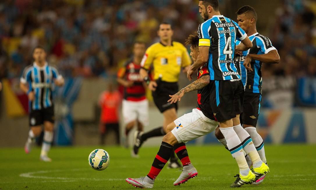 O atacante do Flamengo sofre dura marcação dos jogadores do Grêmio Daniel Marenco / Agência O Globo