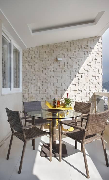 O destaque na varanda é a parede com revestimento Passeio, da Freicon, que se repete em vários ambientes da casa MCA Studio / Divulgação