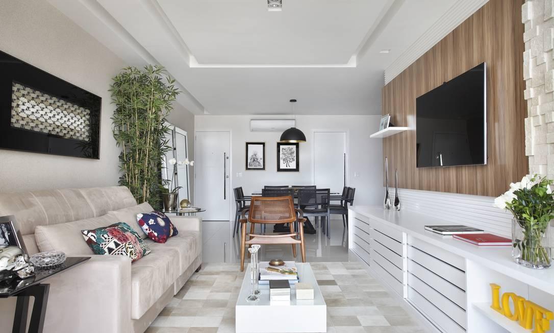Sala de estar e jantar se integram em ambientes delimitados pela cor MCA Studio / Divulgação