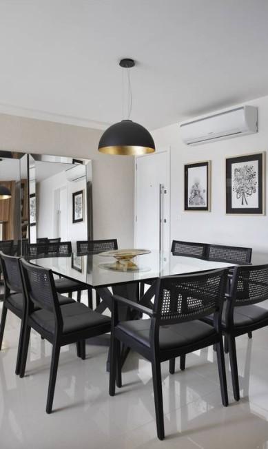 Dois espelhos da Artefacto ampliam o espaço da sala de jantar. O lustre é da Interpan MCA Studio / Divulgação