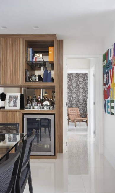 Na sala de jantar, predominam o preto nas cadeiras, mesas e detalhes. A nota colorida é o quadro do artista Marcelo Catalano MCA Studio / Divulgação
