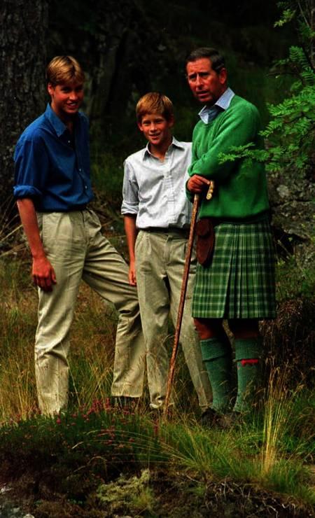 No verão de 1996, de férias com o pai, Charles, e o irmão, William, semanas antes da morte de Lady Di Foto: Fiona Hanson / AFP PHOTO EPA/PA/FILES