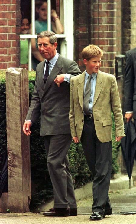 Ida à escola: o pai, príncipe Charles, leva Harry para o seu primeiro dia de aulas no prestigiado colégio Eton, em 1998 Foto: Kieran Doherty / REUTERS