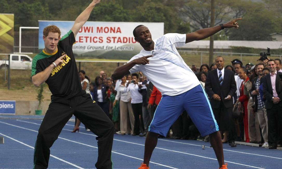 Em 2012, ele brinca com Usain Bolt em pista de atletismo na University of the West Indies, em Kingston, na Jamaica Foto: SUZANNE PLUNKETT / REUTERS