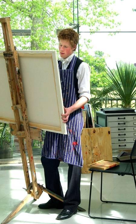 Um artista nato: em 2003, ele desenvolve seus dotes artísticos durante aula de pintura em Eton Foto: Kirsty Wigglesworth / REUTERS