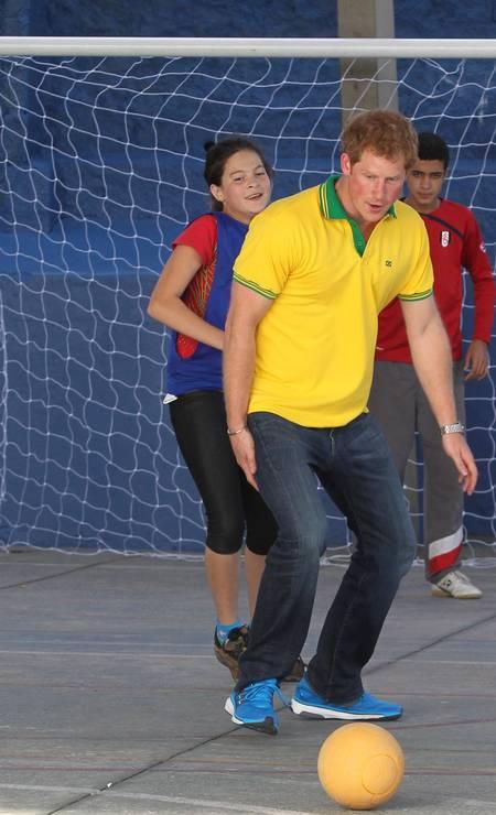 Em Diadema, em São Paulo: de pólo verde e amarela, o príncipe jogou bola com crianças de uma comunidade carente durante a Copa do Mundo Foto: Marcos Alves / Agência O Globo