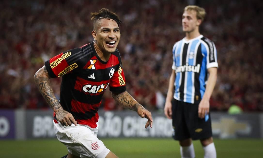 Gerrero corre para comemorar seu gol, que colocou o time rubro-negro em vantagem contra o Grêmio Guito Moreto / Agência O Globo