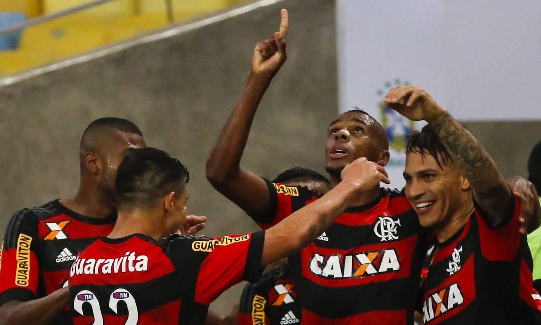Jogadores do Flamengo comemoram o gol de Guerrero Guito Moreto / Agência O Globo