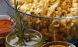 Pipoca com temperos de páprica, azeite com alecrim ou curry