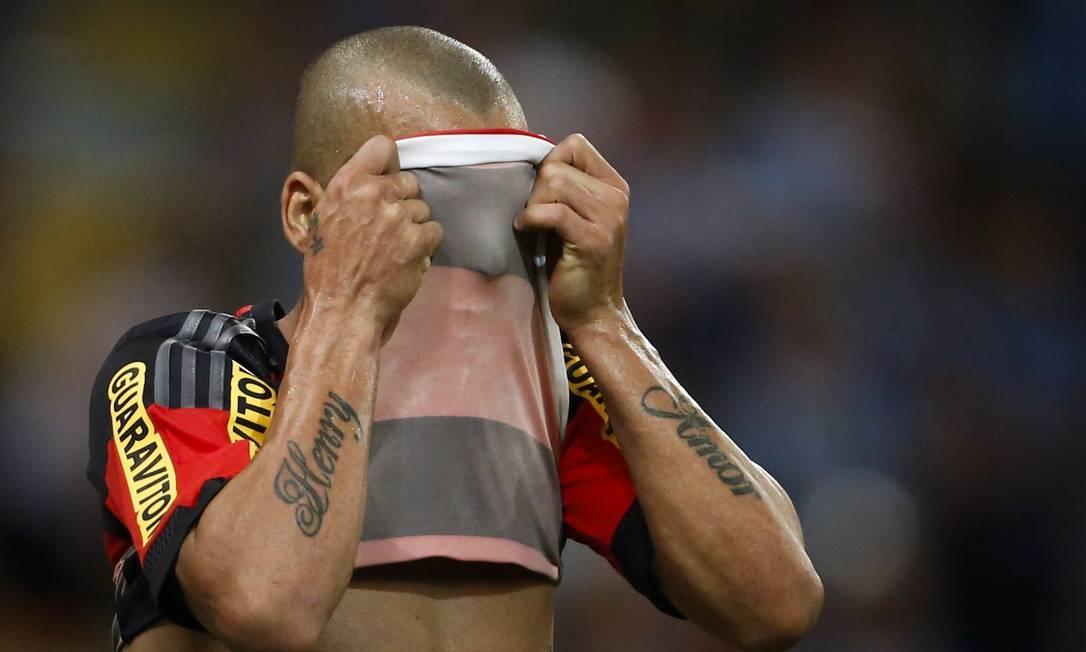 Sheik esconde o rosto após quase marcar um gol que seria o segundo do Flamengo Guito Moreto / Agência O Globo