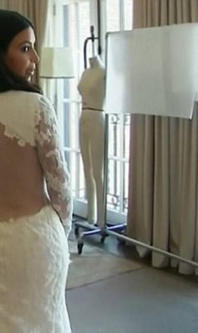 Detalhe do look de casamento de Kim - transparência até no altar Divulgação/ E!