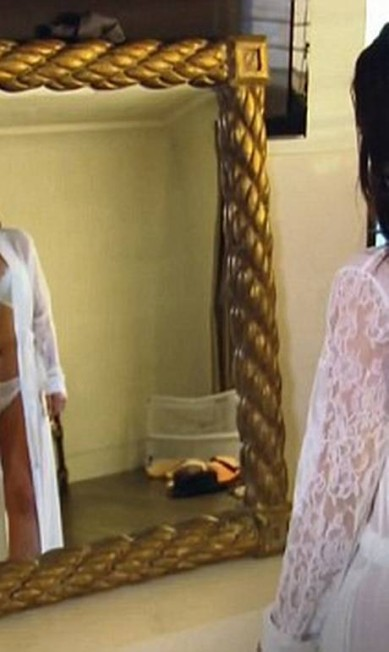 Kim exibe suas curvas em frente ao espelho Divulgação/ E!