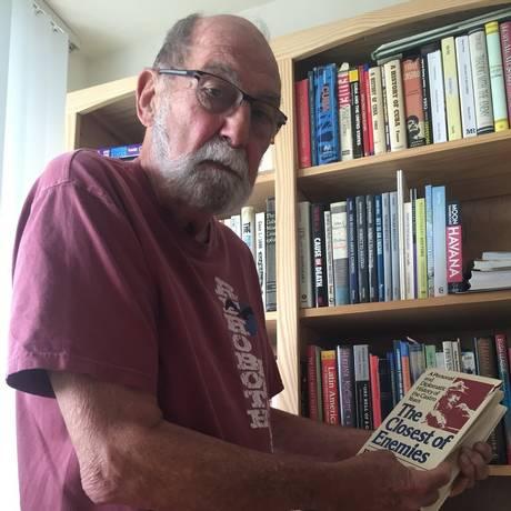 Memória viva. O ex-diplomata americano Wayne Smith mostra livro que escreveu nos anos 80 sobre Cuba Foto: Fotos de Flávia Barbosa