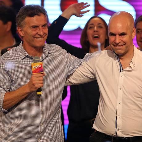 Foto do início de julho mostra candidato Horacio Rodriguez Larreta ao lado do atual prefeito de Buenos Aires, Mauricio Macri Foto: Daniel Jayo / AP