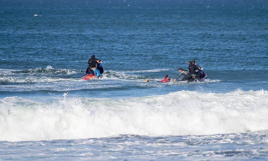 Em seguida ele e Wilson foram resgatados por jet skis Kirstin SCholtz / © WSL / Kirstin