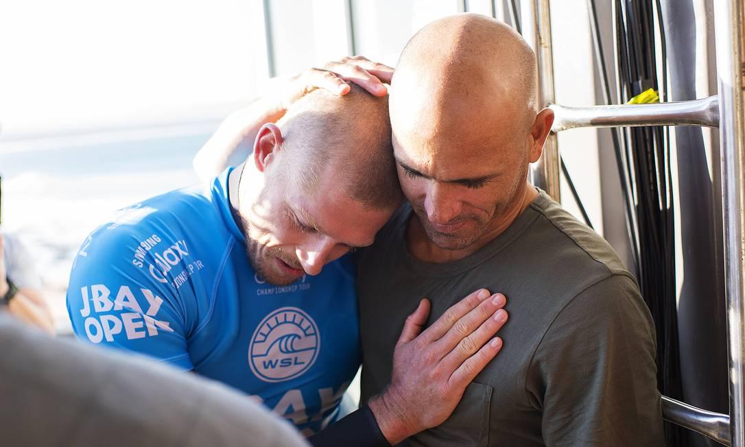 Kelly Slater abraça Mick Fanning. O surfista americano disse que o australiano teve muita sorte Kirstin SCholtz / © WSL / Kirstin