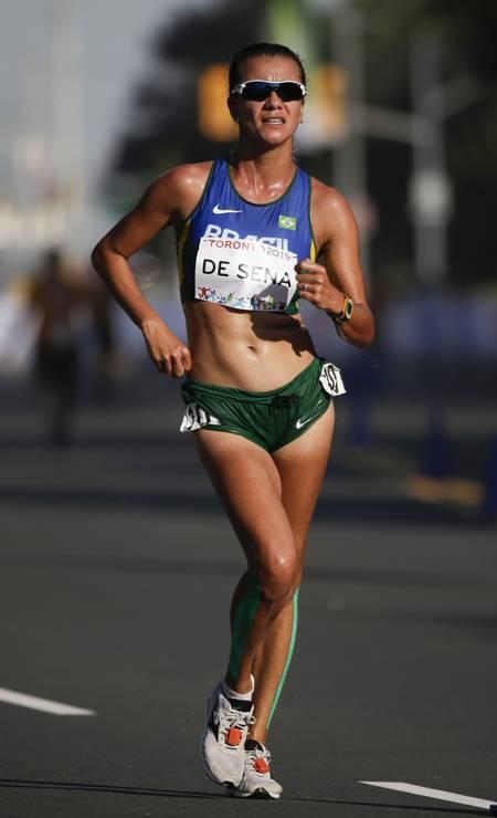 A brasileira Érica de Sena ficou com a medalha de prata após percorrer os 20Km da marcha atlética Foto: Felipe Dana / AP