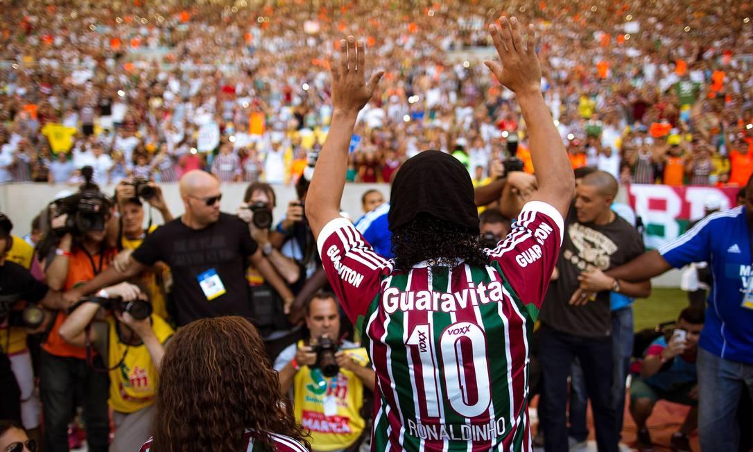 Ronaldinho acena para os torcedores em sua apresentação no Maracanã Daniel Marenco / O Globo