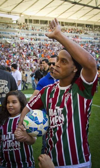 Ronaldinho Gáucho acena para a torcida do Fluminense no Maracanã: Vasco chegou a anunciar o meia como poossível reforço semanas atrás Guito Moreto / Agência O Globo
