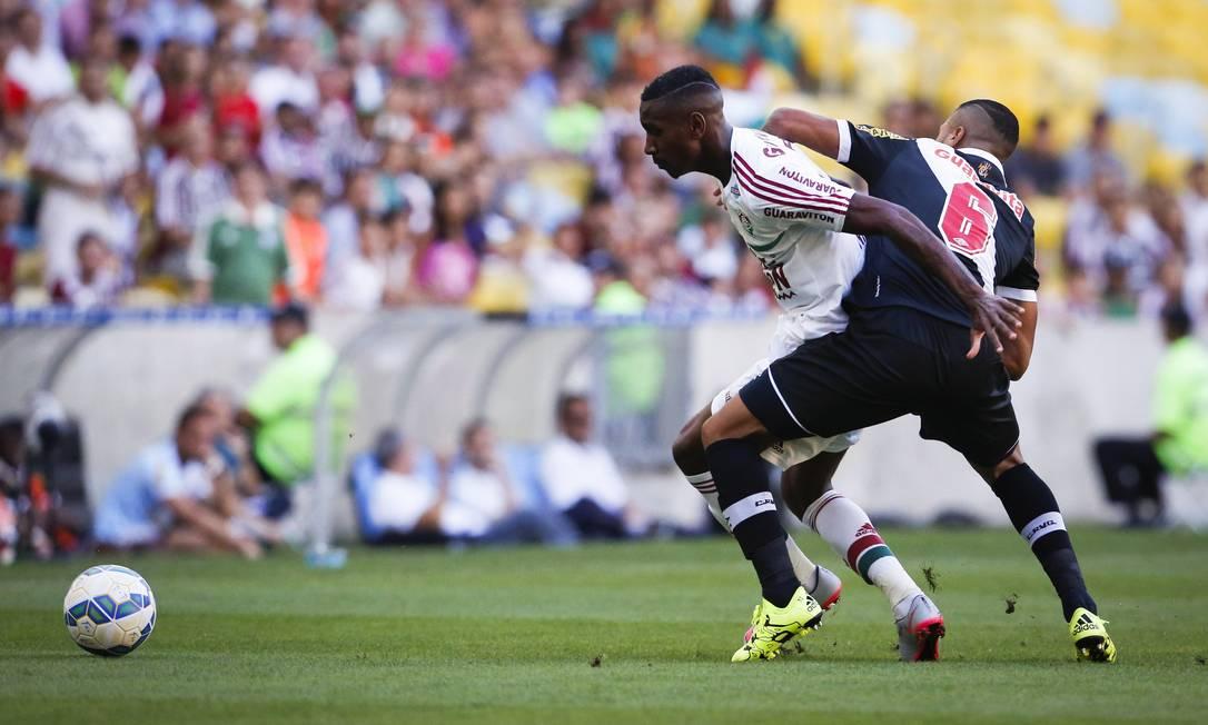 Gerson e Christianno (6) travam duelo na lateral do campo no clássico disputado com equilíbrio no Maracanã Guito Moreto / Agência O Globo