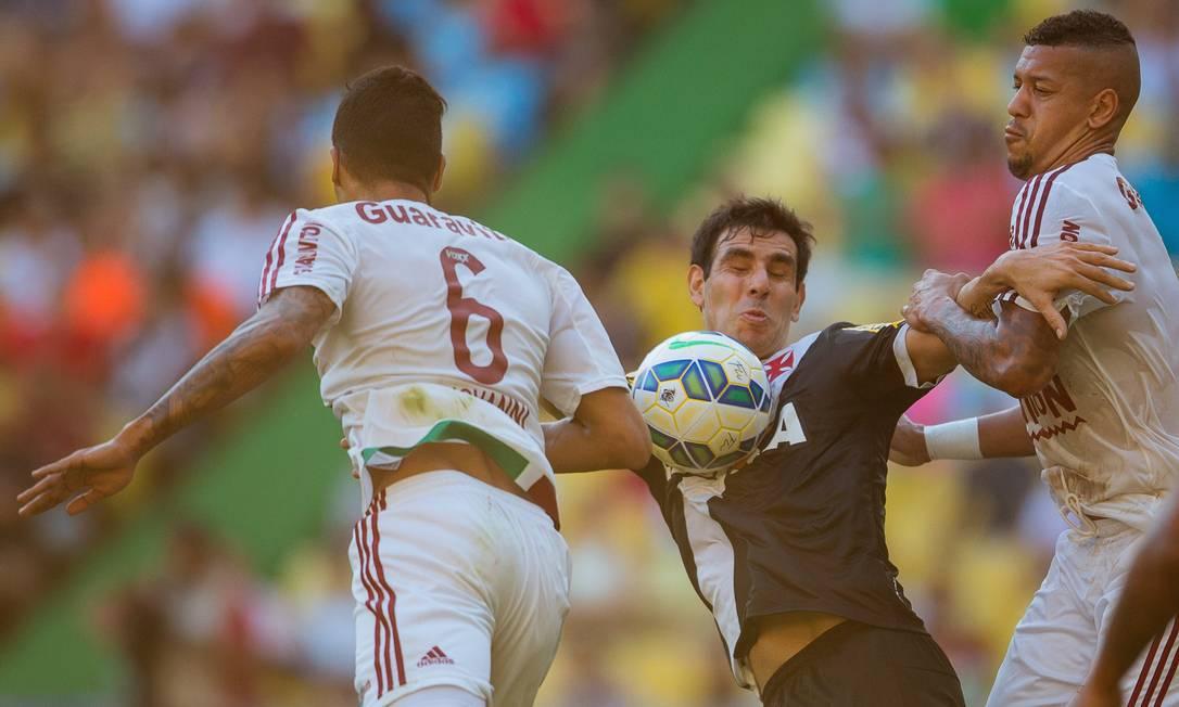 Herrera, cercado por Giovanni (6) e Antonio Carlos e observado por Jhon Cley (7), tenta dominar a bola pelo Vasco no clássico contra o Fluminense Daniel Marenco / Agência O Globo
