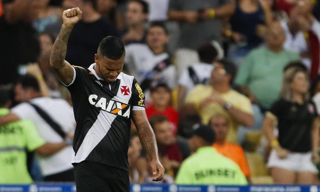 Jhon Cley ouve a torcida vascaína gritar seu nome no Maracanã: ele deu passe para o primeiro e marcou o segundo gol do Vasco Guito Moreto / Agência O Globo