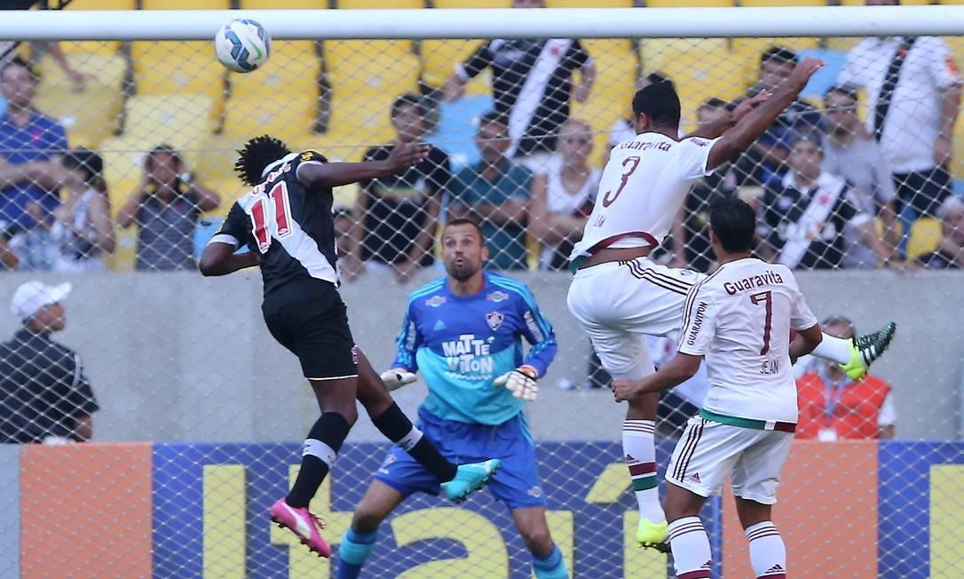 Andrezinho sobe livre na área do Fluminense e cabeceia para marcar o primeiro gol do Vasco Guilherme Pinto / Agência O Globo