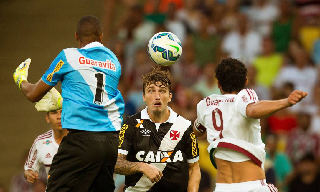 Perigo na área do Vasco, o goleiro Jordi vai atrás da bola, diante de Fred (9) e Aislan Daniel Marenco / Agência O Globo