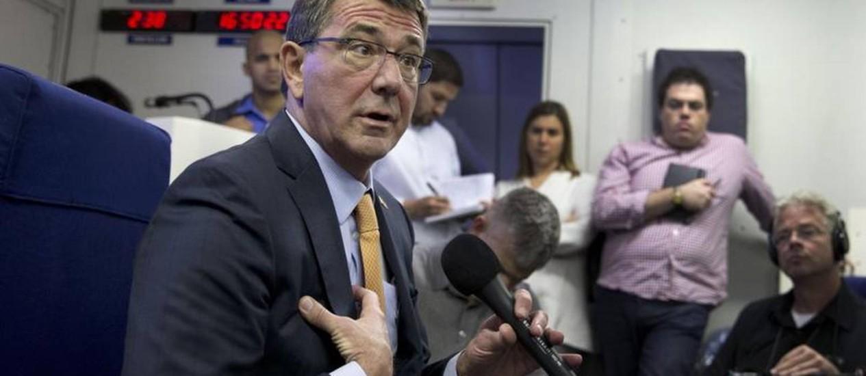 O secretário de Defesa Ash Carter conversa com jornalistas a bordo de um avião militar rumo a cidade israelense de Tel Aviv Foto: AFP