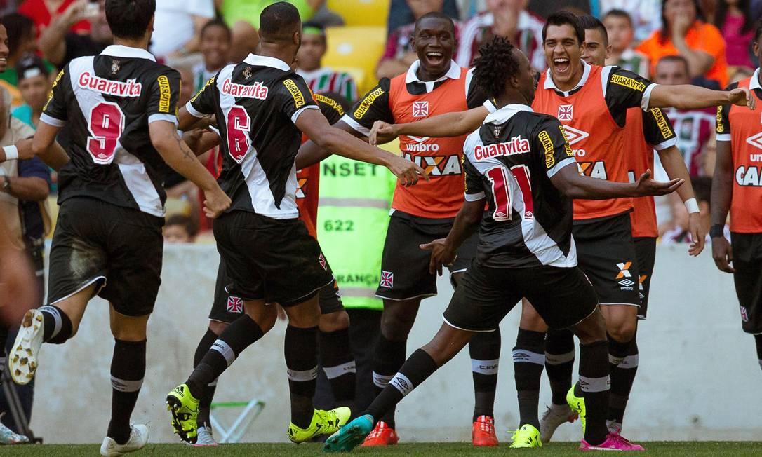 Andrezinho festeja o gol do Vasco, o primeiro dele pelo clube, junto aos jogadores reservas Daniel Marenco / Agência O Globo
