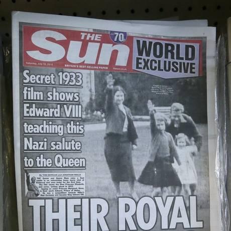Futura rainha (no meio) faz saudação nazista nos anos 1930 Foto: Tim Ireland / AP