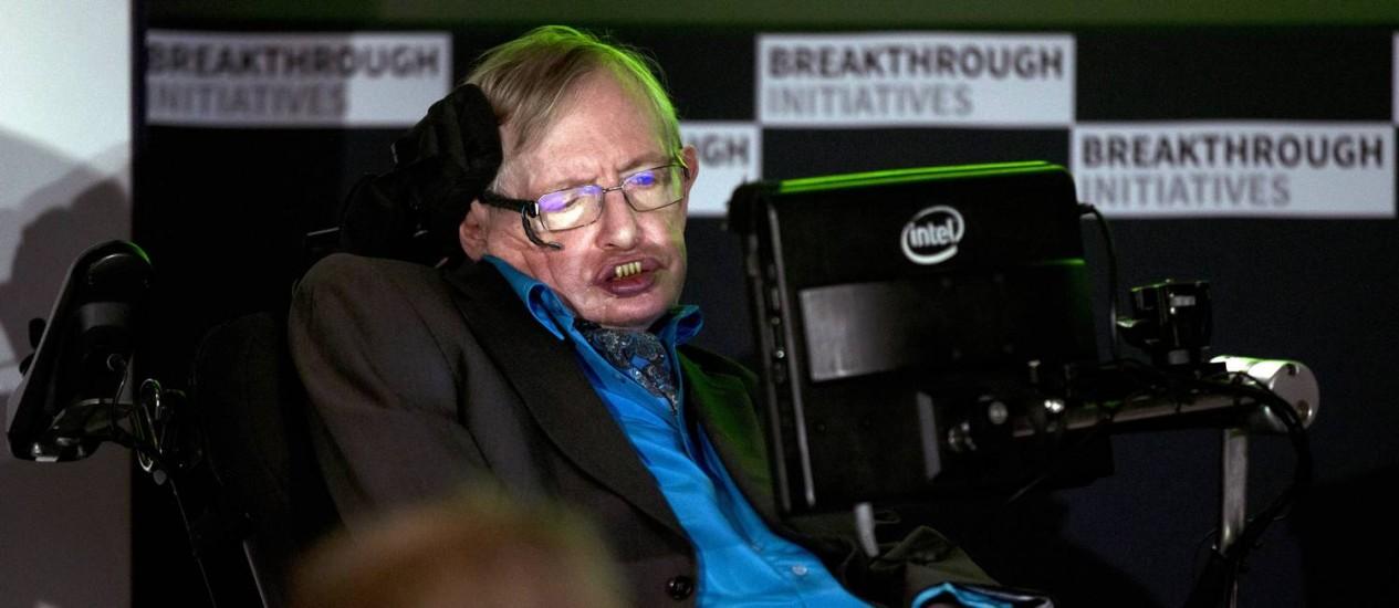 Stephen Hawking na coletiva de anúncio do programa, nesta segunda-feira, em Londres: 'Nós somos inteligentes, estamos vivos, temos de saber' Foto: Matt Dunham / AP