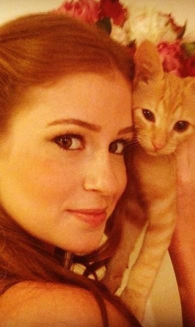 """Aqui, Marina com sua gatinha, que, por acaso, tem os pelos """"ruivos"""" Reprodução/ Twitter"""