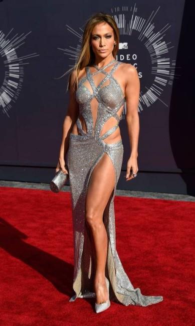 A concorrência era forte. Beyoncé estava no red carpet do MTV Video Music Awards, que aconteceu no último domingo. Nicki Minaj e seu derrière também, além de Kim Kardashian, toda decotada. Mas Jennifer Lopez, 45 anos, tinha suas armas. Ela escolhe um look brilhante de Charbel Zoe. Em forma, J.Lo não quis passar despercebida. Usou fenda poderosa, recortes ousadíssimos e um decotão vertiginoso nas costas. Conclusão: Não sobrou flashes para ninguém mais Frazer Harrison / AFP