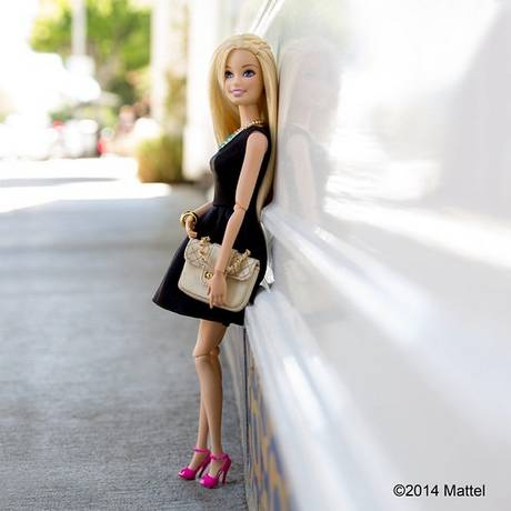 Barbie posa com 'look do dia' no Instagram, ao estilo das blogueiras de carne e osso que utilizam a rede social Foto: Reprodução do Instagram