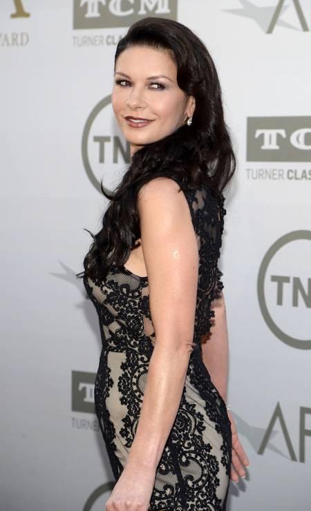 Aos 44 anos, Catherine Zeta-Jones é outra que costuma parar o tapete vermelho com suas curvas. O segredo? Exercícios com bambolê PHIL McCARTEN / REUTERS