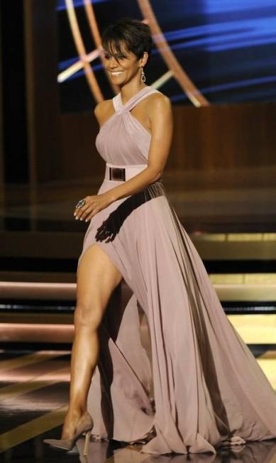 Como jennifer Lopez, Halle Berry mostrou bem suas pernas no palco do Emmy Chris Pizzello / Chris Pizzello/Invision/AP