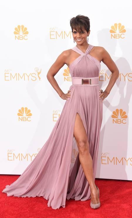 Aos 48 anos, a atriz Halle Berry roubou a cena no tapete vermelho do Emmy com vestido com fenda fatal do libanês Elie Saab Jason Merritt / AFP