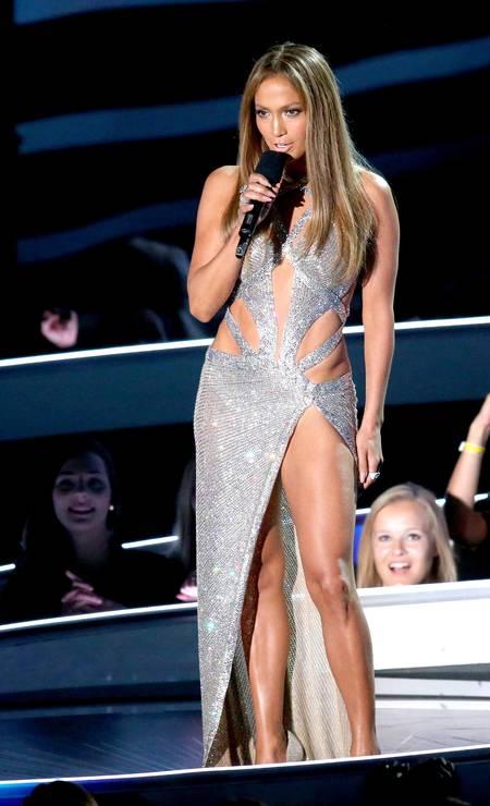 Sem medo de ousar demais, Jennifer no palco exibiu suas pernas poderosas MARK DAVIS / AFP