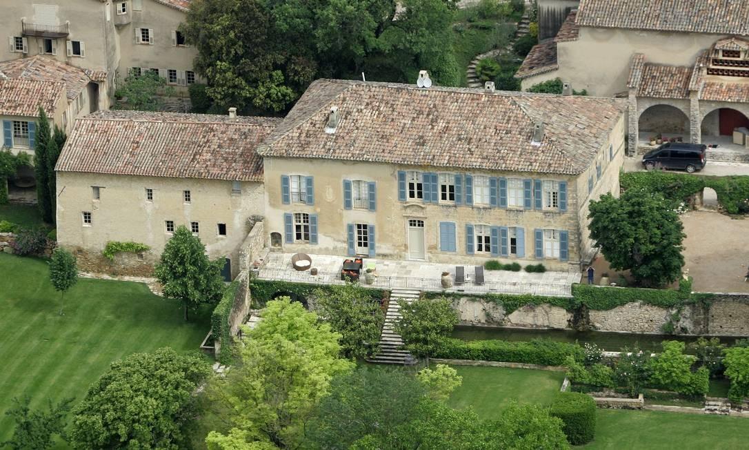 Nos anos 1970, o Chateau Miraval foi o lar do pianista e compositor francês Jacques Loussier. Eles montou um estúdio de gravação por lá. AC/DC, The Cure, Shirley Bassey, Sting e Pink Floyd gravaram músicas no espaço Lionel Cironneau / AP