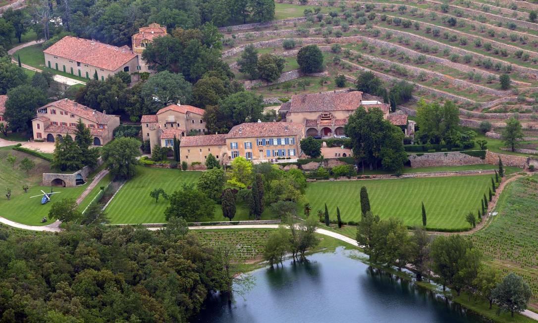 A propriedade tem um spa, duas quadras e uma piscina, além de um lago e floresta MICHEL GANGNE / AFP