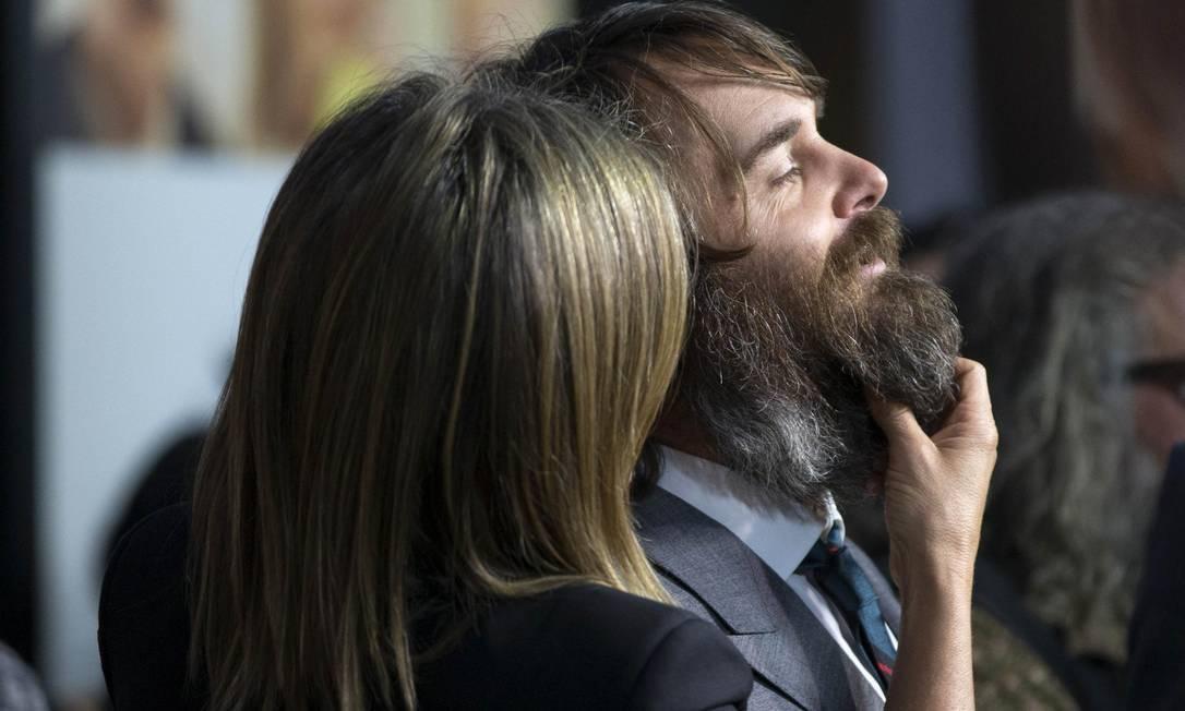No red carpet, Jennifer Aniston brincou com a barba do colega Will Forte MARIO ANZUONI / REUTERS