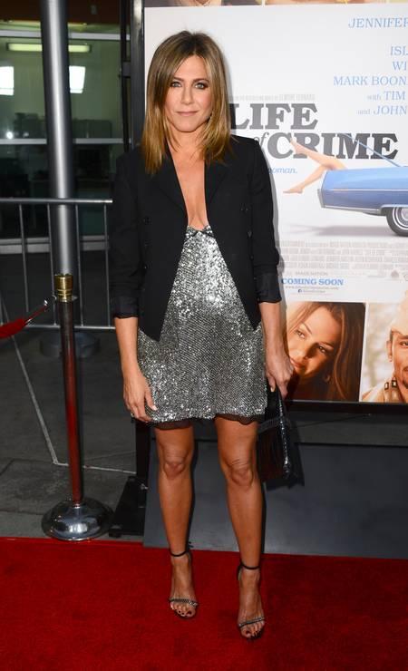 Para o evento, Jennifer escolheu um vestido curtinho metalizado com um decote generoso Jordan Strauss / Jordan Strauss/Invision/AP