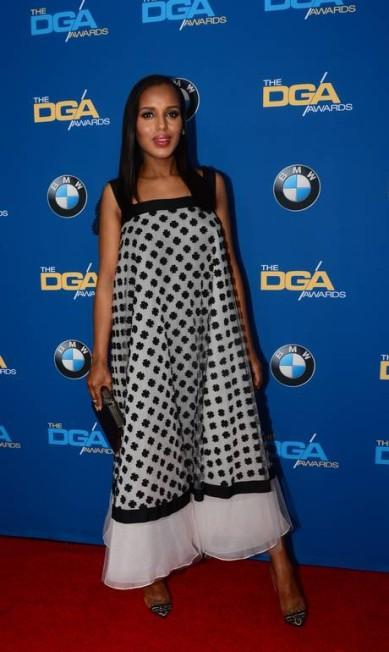 No Directors Guild of America, Kerry Washington, sempre uma das mais elogiadas dos tapetes vermelhos, desfilou sua gravidez com um modelito Oscar de La Renta FREDERIC J. BROWN / AFP